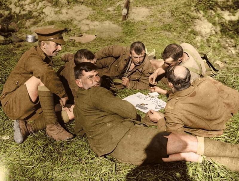Солдаты 8-го батальона Королевской Йоркской легкой пехоты за игрой в карты. Ипр, 1 октября 1917 г. архивное фото, колоризация, колоризация фотографий, колоризированные снимки, первая мировая, первая мировая война, фото войны