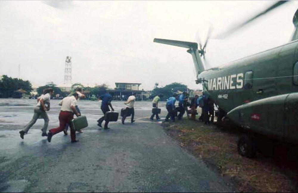Операция «Порывистый ветер». 29-30 апреля 1975. Американские морские пехотинцы эвакуируют американцев и вьетнамцев на авиабазе Тан Сон Нхат