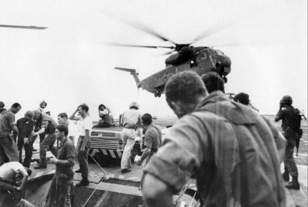 Беженцы прибывают на вертолете. 7 мая 1975