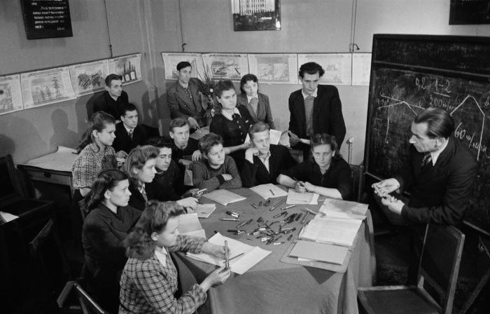 Ученики очень внимательно слушают учителя на уроке.