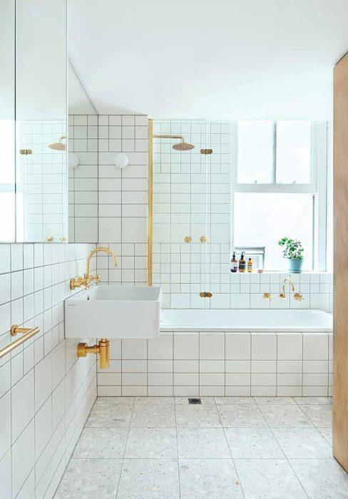 Белый кафель и большие зеркала сделали ванную комнату светлой и просторной.   Фото: interiorizm.com.