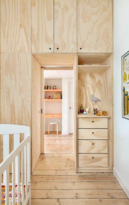 Меньшую часть модульной конструкции из фанеры занимает детская комната.   Фото: interiorizm.com.