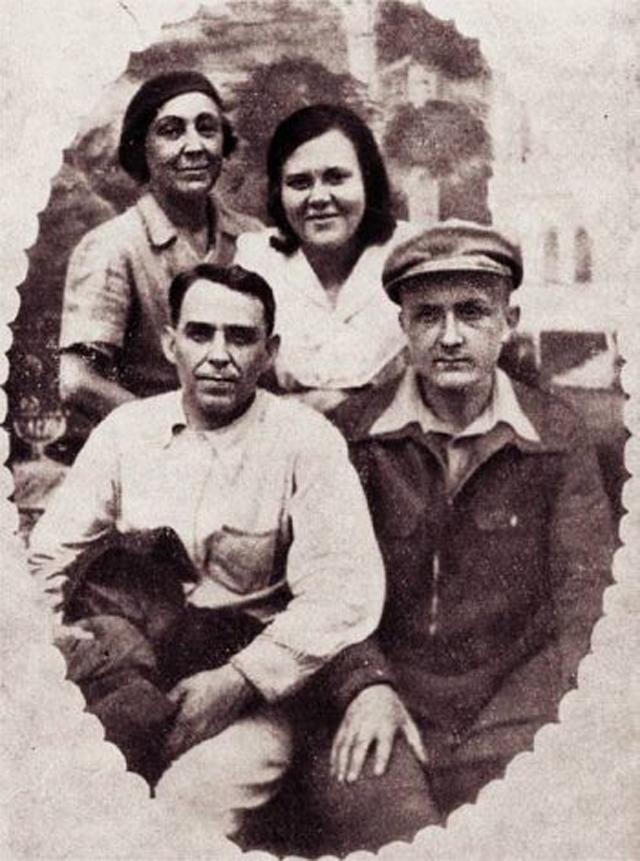 18 июня 1941 года. Слева направо Марина Цветаева, Лидия Либединская, Алексей Кручёных, Георгий Эфрон