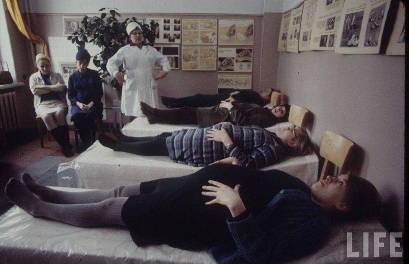 Будущие мамы делают специальные дыхательные упражнения. Москва СССР, качество, медицина, фото