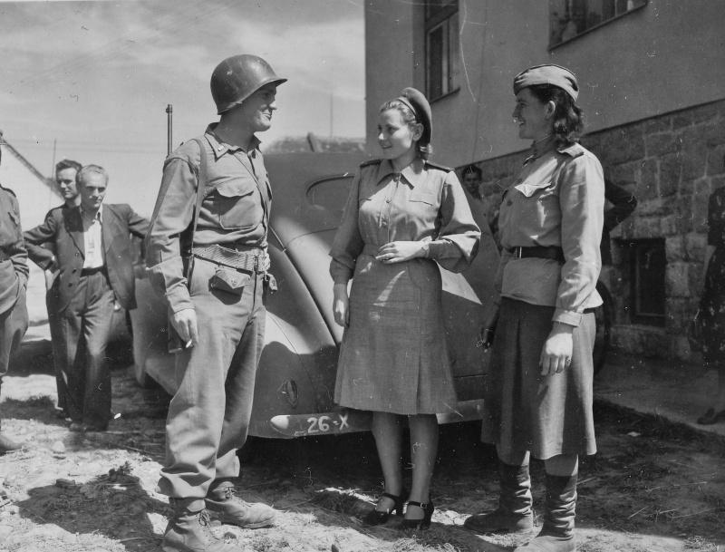 Лейтенант 26-й пехотной дивизии армии США общается с советскими девушками-офицерами медицинской службы. Чехословакия. 1945 год