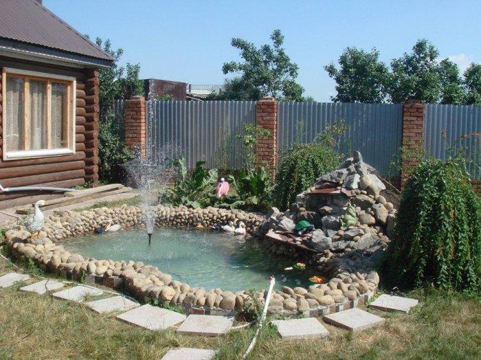 Декоративный водоем с кристально чистой водой и небольшим фонтаном.