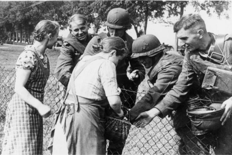 Польские женщины угощают немецких солдат хлебом.