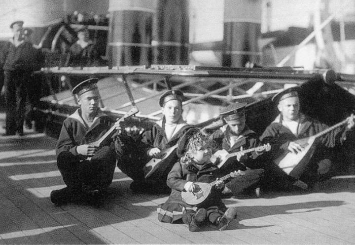 Алексей Николаевич (в центре) среди юнг яхты «Штандарт». Третий слева - Гриша Пиньковский.