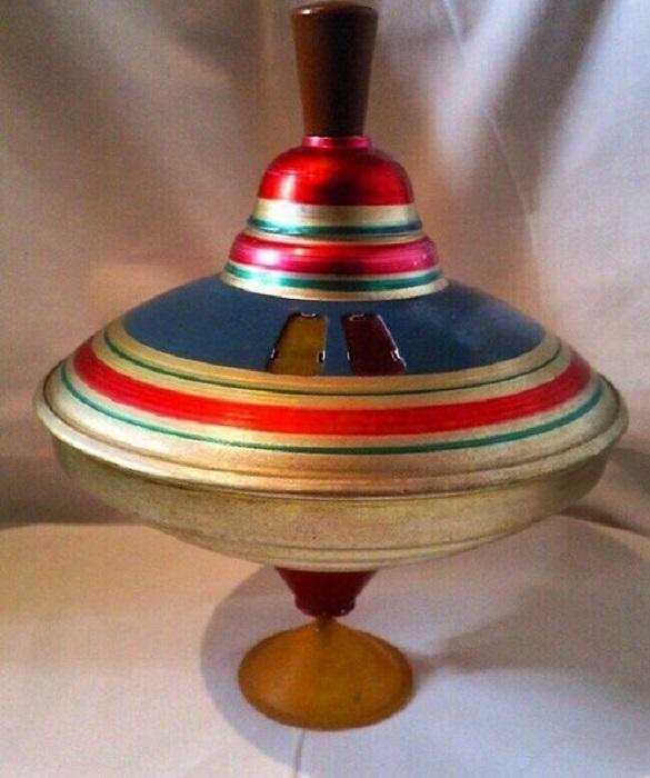 Советский ребенок мог часами наблюдать за юлой, раскрашенной яркими полосками, к тому же игрушка была достаточно прочной и могла прослужить не один год.