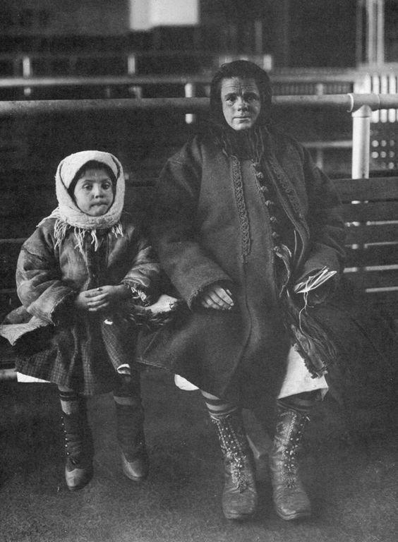 Мама и дочь из Италии америка, иммигранты, исторические фото, история, остров Эллис, факты