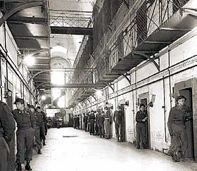 Нюрнбергская городская тюрьма. Охранники у камер подсудимых