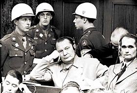 Герберт Ли Стиверс (крайний слева) – один из конвоиров Геринга