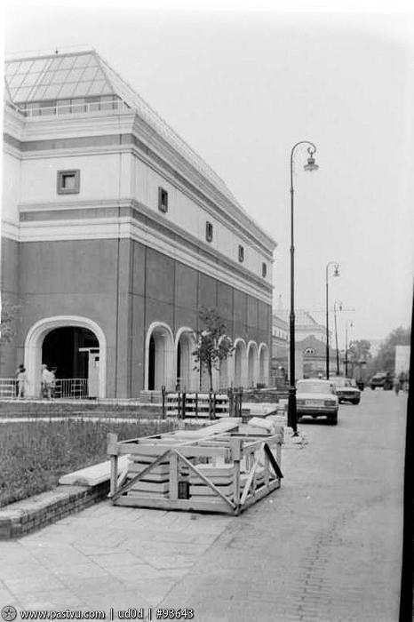 В этом же году заканчивается реконструкция основного здания Третьяковской галереи. 90-е, москва, фотографии