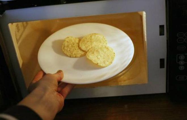 Засохшие чипсы и крекеры можно вернуть к жизни