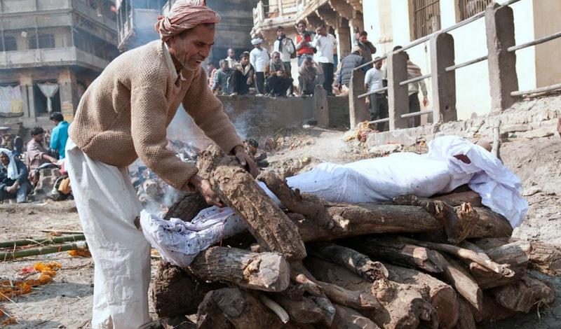 Неприкасаемые Каста неприкасаемых находится за пределами общественного деления Индии. Они работают на самых грязных местах, убирают мертвых животных, чистят туалеты и занимаются выделкой кож. Для неприкасаемых закрыты двери храмов. Люди ничего не могут сделать со своим положением, определяющимся только по праву рождения. Вход во дворы домов любого из членов высших каст неприкасаемым строго воспрещен, а того, кто рискнет осквернить общественный колодец своим ведром, ждет быстрая и жестокая расправа прямо на улице.