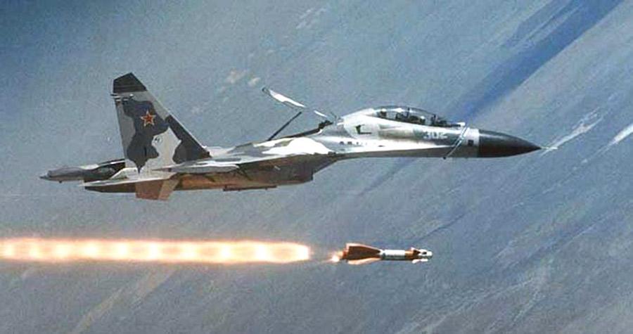 Многофункциональный истребитель Су-30КН запускает ракету Х-29Т