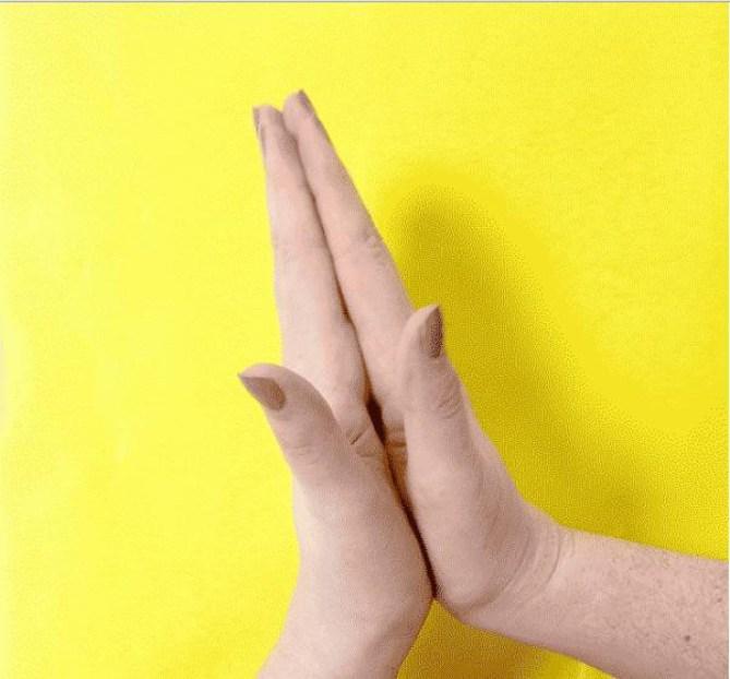 Сжатые вместе ладони: стабилизация состояния ума и нормализация кровотока палец, факты