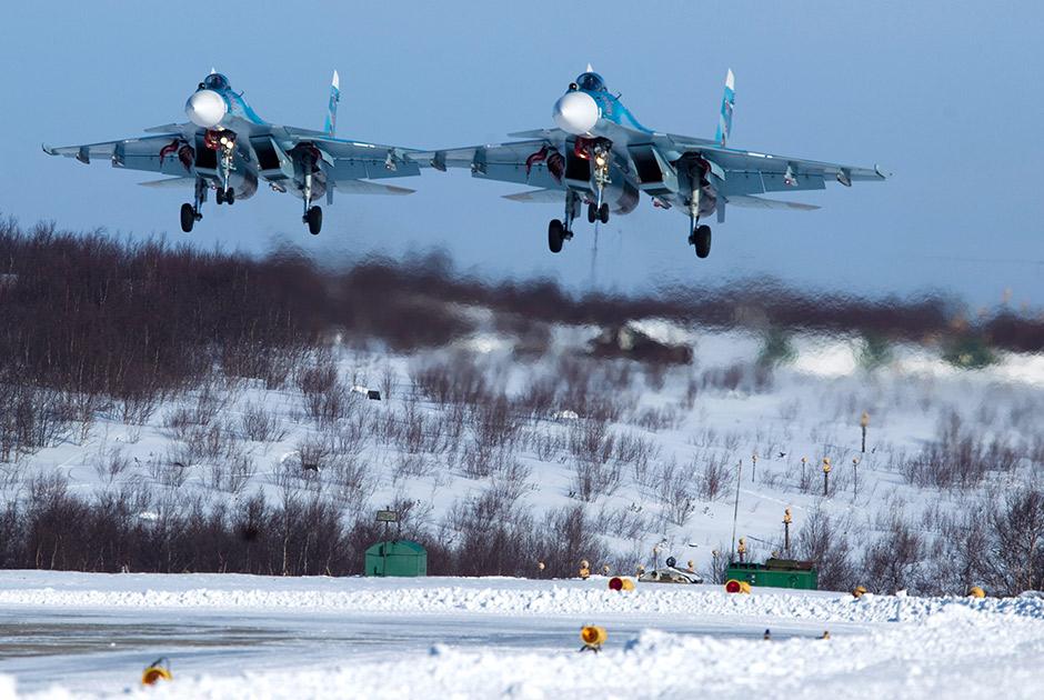 Истребители Су-33 279-го отдельного корабельного истребительного авиаполка морской авиации Северного флота приземляются на аэродром «Североморск-3»