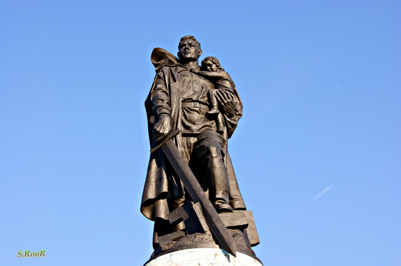 """А третий монумент """"Воин - освободитель"""" опустил этот меч в Берлине. война, гордость, история, память, родина, россия"""