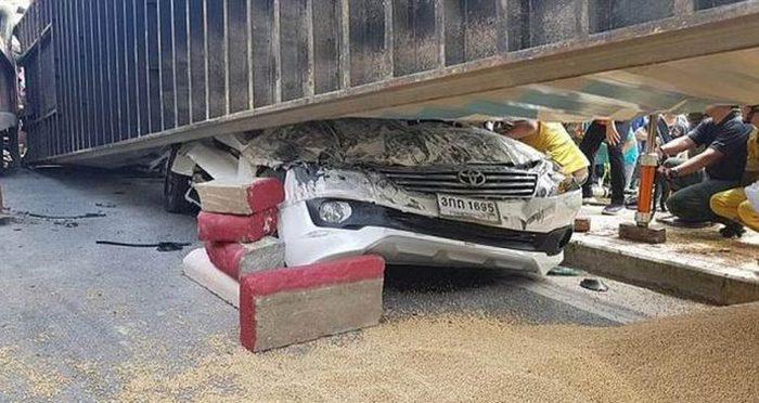 Чудесное спасение в страшной аварии авария, Среагировал, родился в рубашке, длиннопост, Бангкок