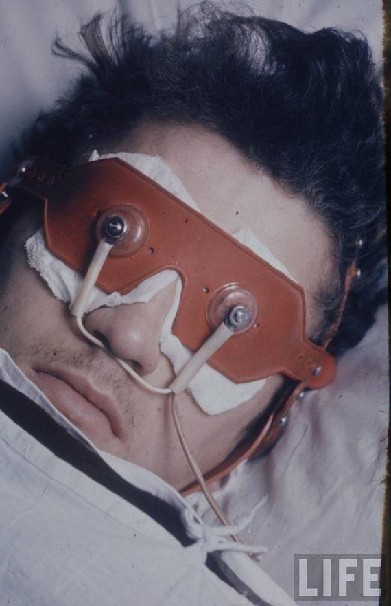 Прибор для лечения нарушений сна. Электричество в СССР являлось популярным методом лечения многих заболеваний — от шизофрении до инсомнии. СССР, качество, медицина, фото