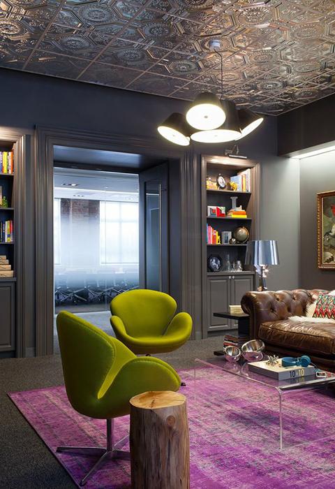 Плитка на потолке отражает цветовую гамму интерьера