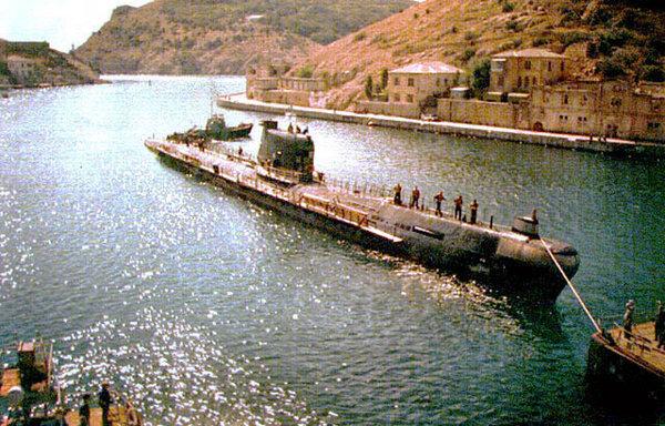 Советская подлодка заходит в Балаклавскую бухту