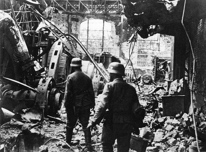 Немецкие солдаты пробираются через генераторный зал разрушенной электростанции в Сталинграде.