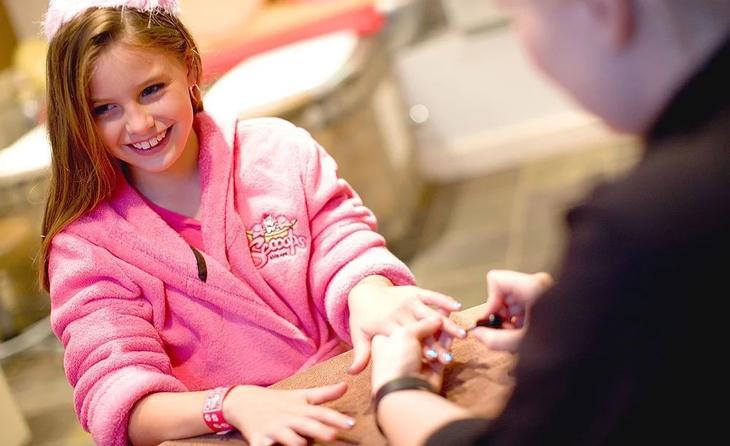 Девочке красят ногти