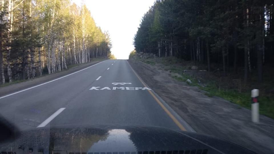 Бьют битами и ставят таблички: водители объявили войну дорожным камерам по всей стране