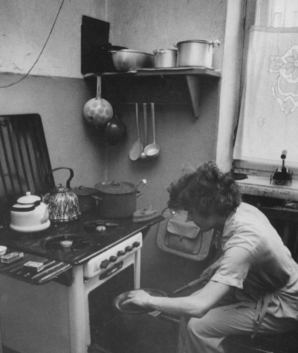 Спортсменка Галина Виноградова готовящая завтрак на кухне. СССР, Москва, 1956 год.