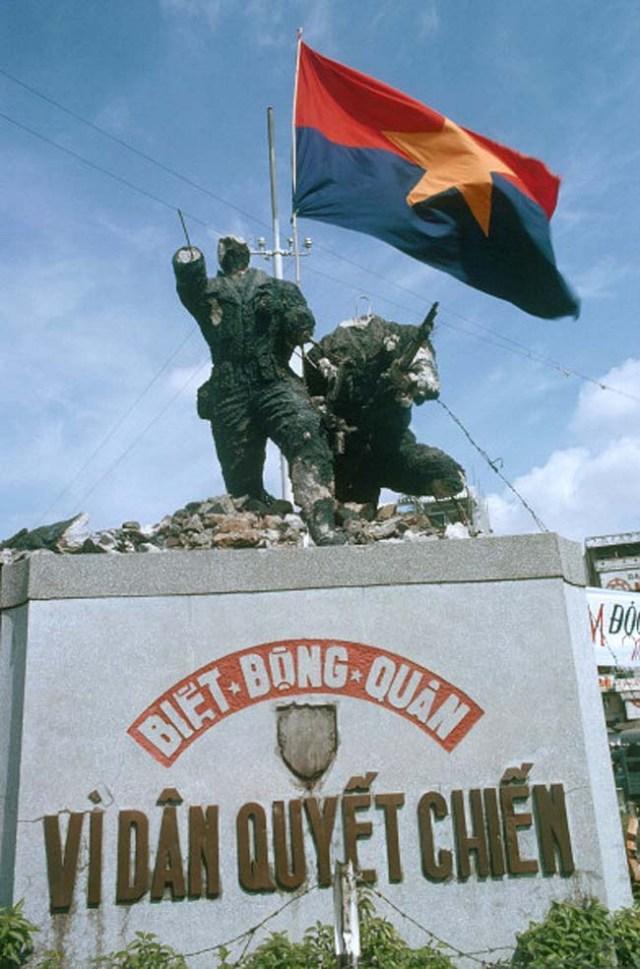 Победители уничтожили памятник южно-вьетнамским войскам. 1 мая 1975