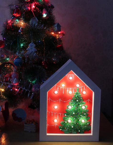 Из простой гирлянды и гофрокартона мастерица сделала симпатичный новогодний светильник-ночник…