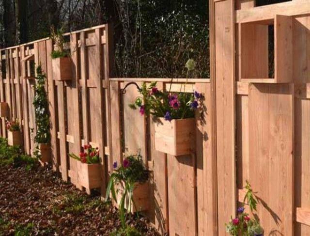 Без высаживания на грядках цветов Идея интересная и кроме того украшает забор