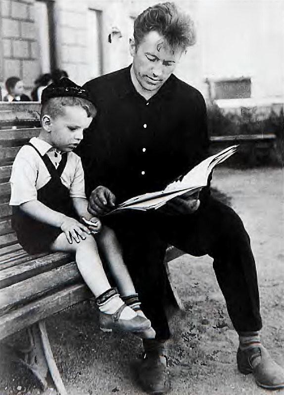 Леонид Парфенов с отцом 1964 семья, слушают, фото