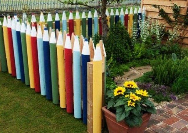 Интересная и необычная идея Сделав из досок основы для карандашей раскрасьте их разными цветами Проходя мимо такого забора нахлынут воспоминая из детства