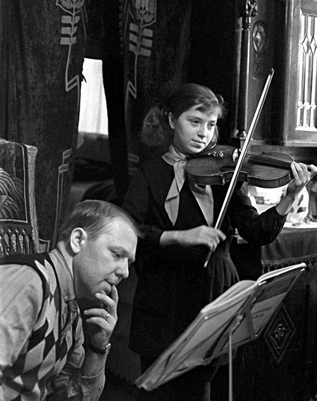 Олег Попов с дочерью Ольгой, 1967 год семья, слушают, фото