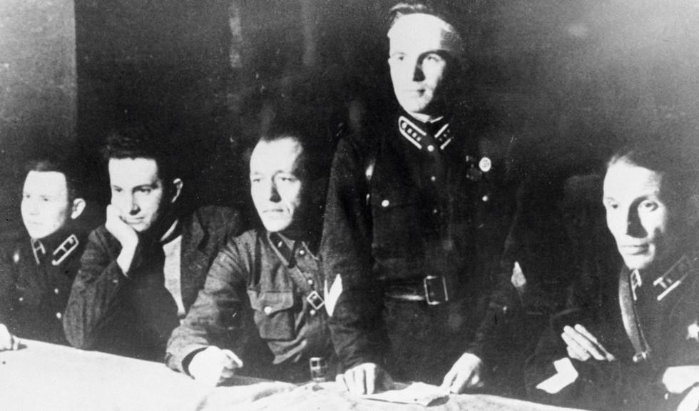 Первый секретарь ЦК ЛКСМ Карелии Юрий Андропов (второй слева) в одной из воинских частей Карельского фронта. Фото: © РИА Новости