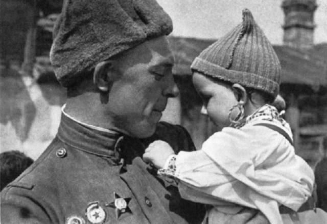Солдат с ребенком война, фото, фотокорреспондент