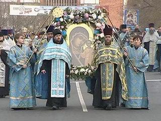 Священники с иконой Пресвятой Богородицы облетели Волгоград на вертолете