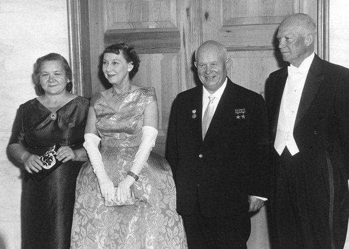 супруги Хрущевы с 34-м президентом США Дуайтом Дэвидом Эйзенхауэром и его супругой Мейми.