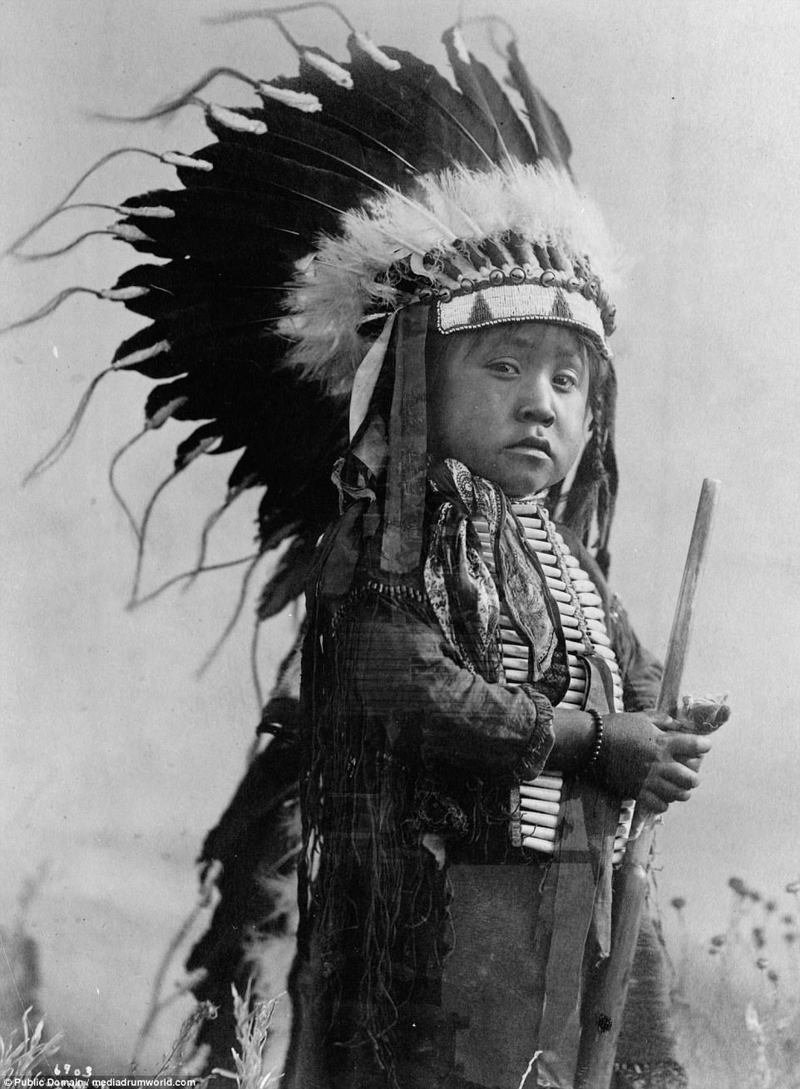 Известно, что племя образовалось путем слияния двух родственных племен - тсистсистас (сами шайенны) и сутайо (сутаи). На фото - мальчик из племени в традиционной одежде, 1907. аборигены, индейцы, исторические кадры, история, племена, редкие фото, сша, фото