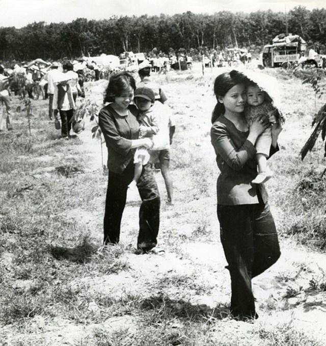 Женщины с младенцами ищут место на машине для эвакуации. 16 марта 1975