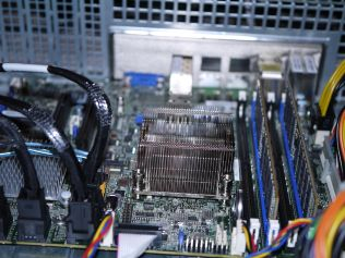 Supermicro X10SDV-7TP4F with stock heatsink
