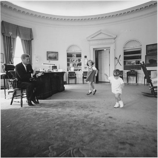 600px-Kennedy_children_visit_the_Oval_Office._President_Kennedy,_Caroline_Kennedy,_John_F._Kennedy_,Jr._White_House,_Oval..._-_NARA_-_194242