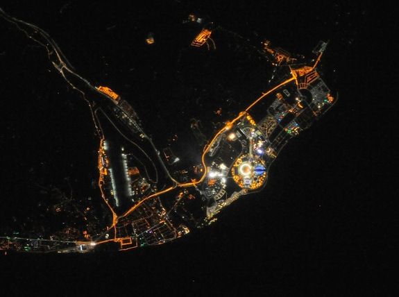Foto Kenampakan Arena Sochi Olympic Park Pada Malam Hari Yang Diambil Oleh Para Astronot & Kosmonot Yang Sedang Berada Di Luat Angkasa – Credit : NASA