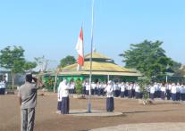 pengibaran sang Merah Putih pada upacara bendera senin pagi