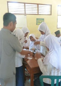 para siswi sedang praktek di bimbing oleh gurunya....