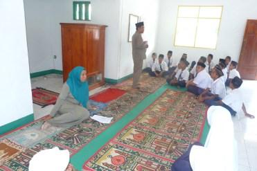 bimbingan oleh kepala madrasah di dampingi guru BP pada siswa siswa berkelakuan husus