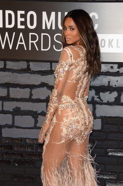 La alfombra roja de los VMAs 2013 - La cantante Ciara lucía transparencias con un vestido de Givenchy